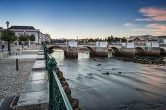 Stary Portugalski miasteczko Tavira Rzeczny widok przy Romańskim mostem Fotografia Stock