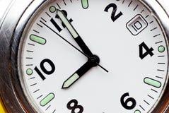 stary porysowany zegarek będącego w nadgarstek ze stali nierdzewnej, Zdjęcia Stock