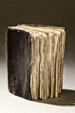 Stary postrzępiony antyk książki selekcyjnej ostrości zakończenie up Fotografia Stock