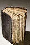 Stary postrzępiony antyk książki selekcyjnej ostrości zakończenie up Zdjęcia Stock