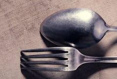 Stary postrzępiony cutlery na tkaninie Zdjęcie Royalty Free