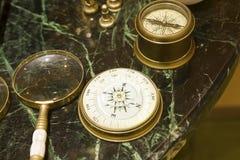 STARY POWIĘKSZAĆ - szkła I kompasy zdjęcie stock