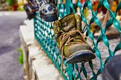 Stary powyginany but z koronką na ogrodzeniu zdjęcia stock