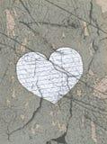 Stary prześcieradło papieru serce na kamień teksturze Obrazy Stock