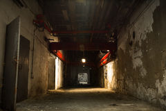 Stary przemysłowy budynek, piwnica z małym światłem obrazy royalty free