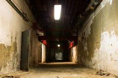 Stary przemysłowy budynek, piwnica z małym światłem fotografia stock