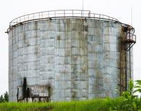Stary przemysłowy składowy zbiornik z schodkami zdjęcie stock