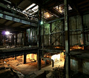 Stary przerażający, ciemny, gnijący, niszczycielska, brudna fabryka, zdjęcie royalty free