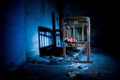 Stary przerażający niesamowity drewniany dziecka ściąga w zaniechanym domu Horroru pojęcie obraz royalty free