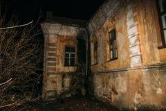 Stary przerażający zaniechany nawiedzający dwór, niesamowity dom, horror atmosfera zdjęcia stock