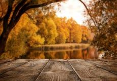 Stary pusty drewniany stół nad jeziorem obrazy stock