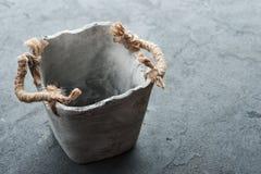Stary pusty kwiatu garnek na betonu stole Obrazy Royalty Free
