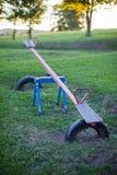 Stary pusty metalu seesaw w plenerowym dziecka boisku obrazy stock