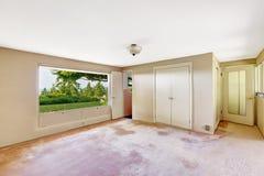 Stary pusty pokój z pięknym nadokiennym widokiem fotografia stock