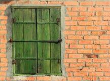 Stary pytlowy drewniany okno zamyka na czerwonym ściana z cegieł fotografia royalty free