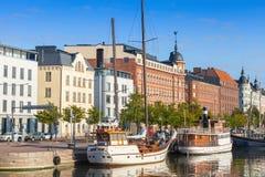 Stary quay Helsinki miasto z cumującymi żeglowanie statkami Obraz Royalty Free