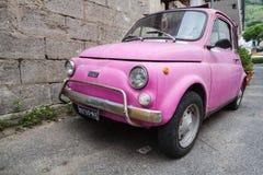 Stary różowy Fiat Nuova 500 miasta samochód, zamyka up Obraz Stock