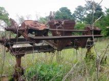 Stary rdzewiejący rolny wyposażenie w Texas polu zdjęcie royalty free