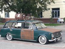Stary rdzewiejący samochód na miasto ulicie zdjęcie royalty free