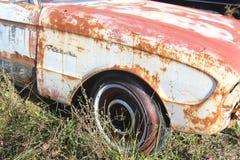 Stary rdzewieje samochód obraz royalty free