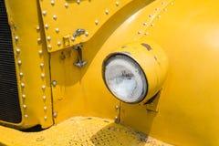 Stary reflektoru koloru żółtego samochód Fotografia Stock