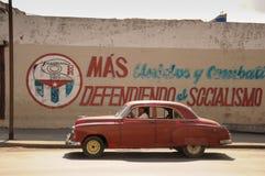 Stary retro amerykański samochód na ulicie w Hawańskim Kuba Zdjęcie Royalty Free
