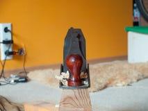 Stary retro dźwigarka samolotu narzędzie na drewnianym promieniu zdjęcia royalty free