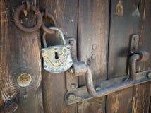 Stary retro drewniany drzwi z rocznika żelaza szafką Zdjęcia Royalty Free
