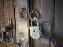 Stary retro drewniany drzwi z rocznika żelaza szafką Obrazy Royalty Free