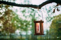 Stary Retro rocznika lampion Z Płonącym świeczki obwieszeniem Na gałąź obraz royalty free