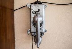 Stary retro telefon na ścianie szarość zdjęcia stock