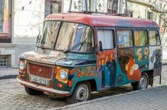 Stary retro zaniechany samochód malujący roczników graffiti artyści w hipisa stylu są łamani na jeden ulicy Lviv Fotografia Royalty Free