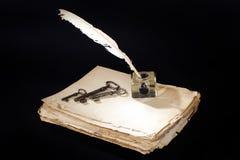 Stary rocznik fontanny pi?ro papiery, inkwell i srebne monety na czarnym tle, fotografia stock