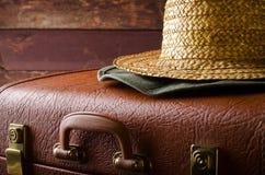 Stary rocznik, retro walizka i kapelusze na ciemnym tle, samochodowej miasta pojęcia Dublin mapy mała podróż Obraz Royalty Free