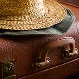 Stary rocznik, retro walizka i kapelusze na ciemnym tle, samochodowej miasta pojęcia Dublin mapy mała podróż Zdjęcie Stock