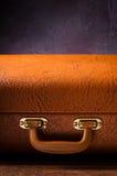 Stary rocznik, retro walizka na ciemnym tle Frontowy widok Zdjęcia Royalty Free