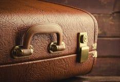 Stary rocznik, retro walizka na ciemnym tle Frontowy widok Fotografia Royalty Free