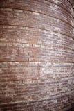 Stary rocznik wyginający się czerwony ściana z cegieł Obrazy Stock
