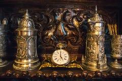 Stary rocznika antyka srebra zegar i naczynie na drewnianej półce Obrazy Royalty Free