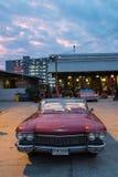 Stary rocznika brązu samochód przy noc rynkiem, Srinakarin droga Fotografia Royalty Free