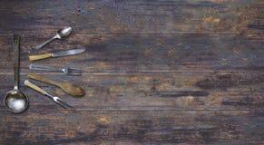 Stary rocznika cutlery na drewnianym tle zdjęcie royalty free