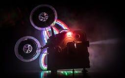 Stary rocznika filmu projektor na ciemnym tle z mg?? i ?wiat?em Poj?cie robi? zdjęcie stock