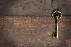 Stary rocznika klucz na drewnianym tekstury tle Obraz Stock