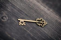 Stary rocznika klucz na drewnianym tle zdjęcie stock