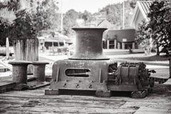 Stary rocznika metalu winch w portowym schronieniu obrazy royalty free