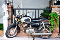 Stary rocznika motocycle w retro miejscu Zdjęcie Royalty Free