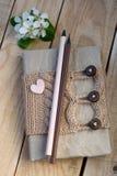 Stary rocznika notepad Dział pulower w beżu, serce od filc zdjęcia royalty free