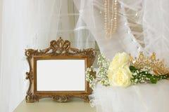 Stary rocznika owalu lustro, piękna biała ślubna suknia i przesłona na krześle zdjęcie royalty free