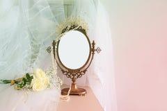 Stary rocznika owalu lustro, piękna biała ślubna suknia i przesłona na krześle Odbitkowa przestrzeń dla egzaminu próbnego, montaż fotografia stock