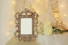 Stary rocznika owalu lustro, piękna biała ślubna suknia i przesłona na krześle z złocistą girlandą zaświecamy obraz royalty free
